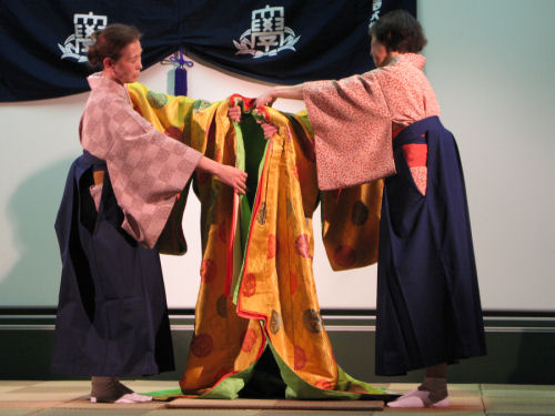 Traditionele kimono wordt klaargehouden
