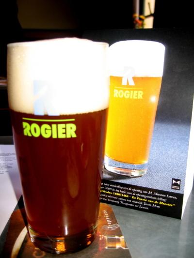 De werkelijke kleur van het bier valt donkerder uit dan op de flyers.