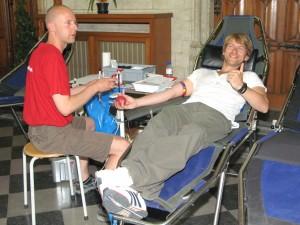 Gene Thomas tijdens bloedinzamelactie in Leuven - 2