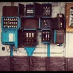 Verlaten en geplunderde elektriciteitskasten met mooie kleuren