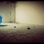 Felblauwe paraplu, kapot en dus achtergelaten
