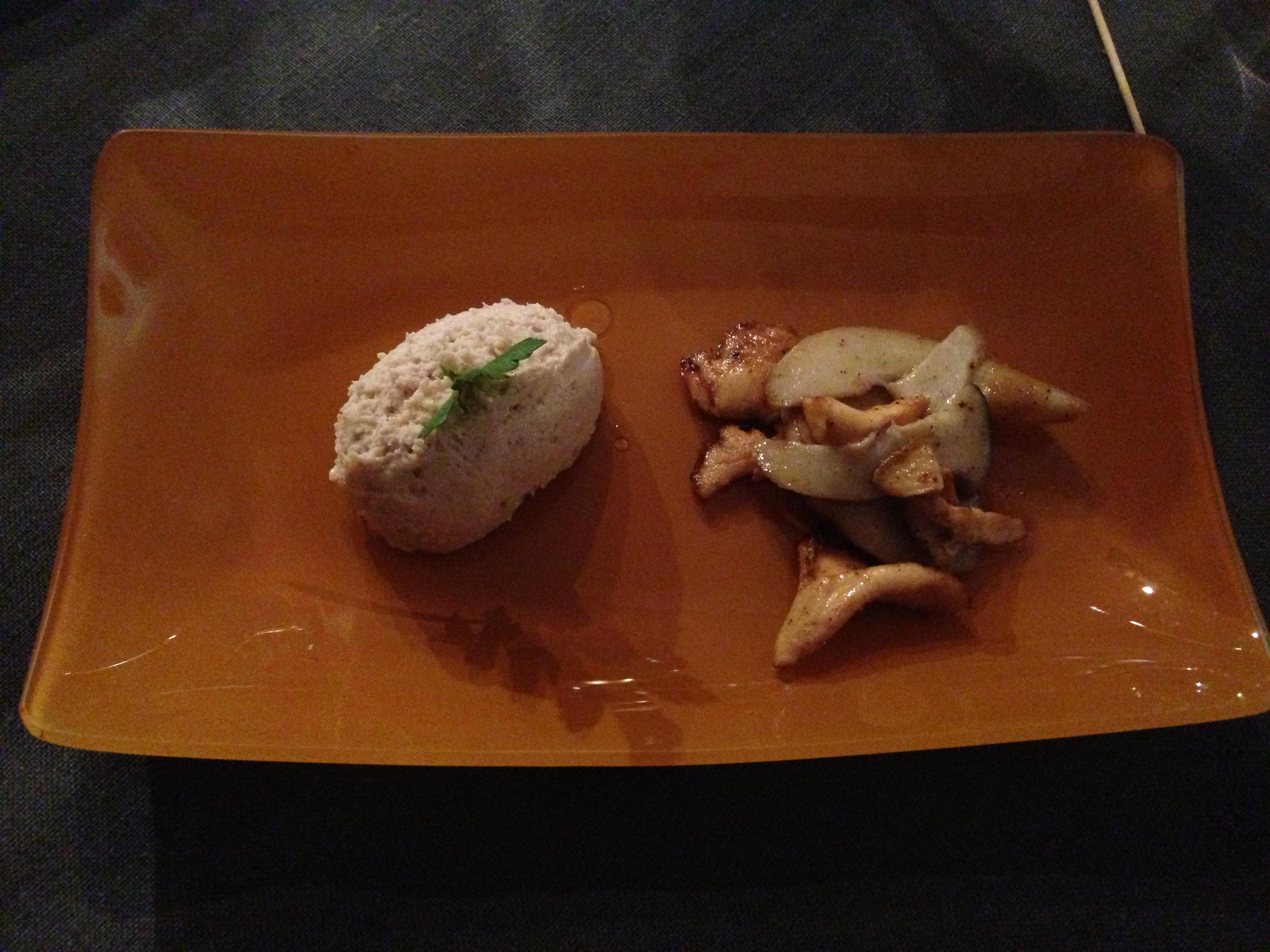 Huisbereide mousse van kwartel met truffelboter en gewokte boschampignons
