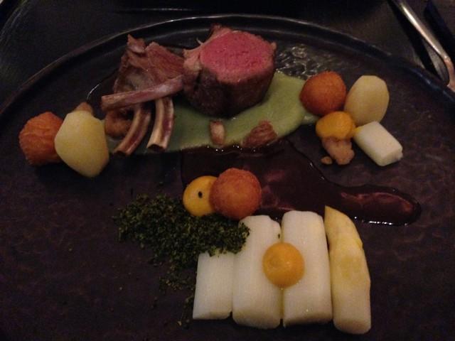 Lamskroon, asperges, aardpeer, kruidencrumble, wortelmayonaise