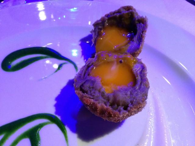 L'uovo di carciofo, salsa di topinambur, gocce di mentuccia e spugna di prezzemolo