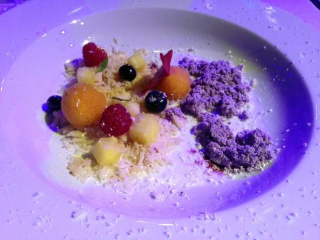 Insalata di riso, polvere di mirtilli, sorbetto di frutto della passione e frutta confit