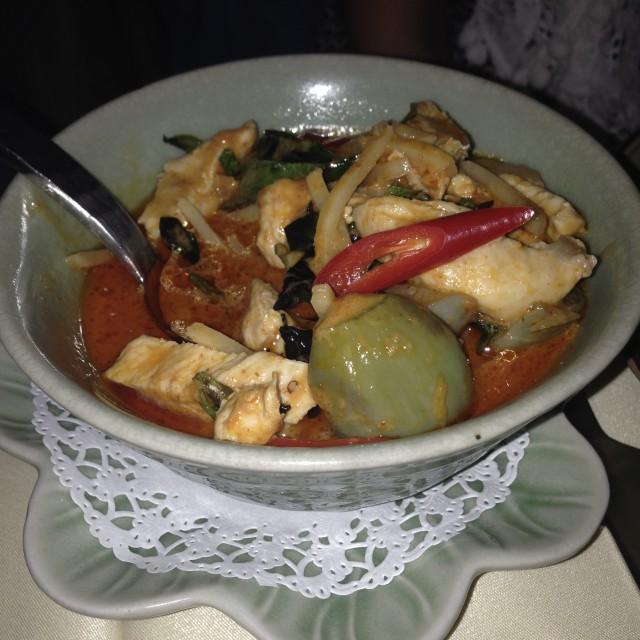 Kang Phed Kai: kip met Thaise kerrie, bamboe, aubergines en kokosmelk