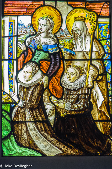 Jan de Caumont, Margaretha Vekemans en haar dochter vergezeld van de H. Agnes en de H. Elisabeth van Hongarije. 1618. gebrandschilderd glas. Afmetingen 60 x 42,5 copyright M-Museum Leuven