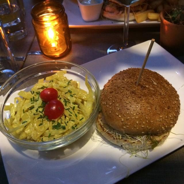 Zalmburger met coleslaw