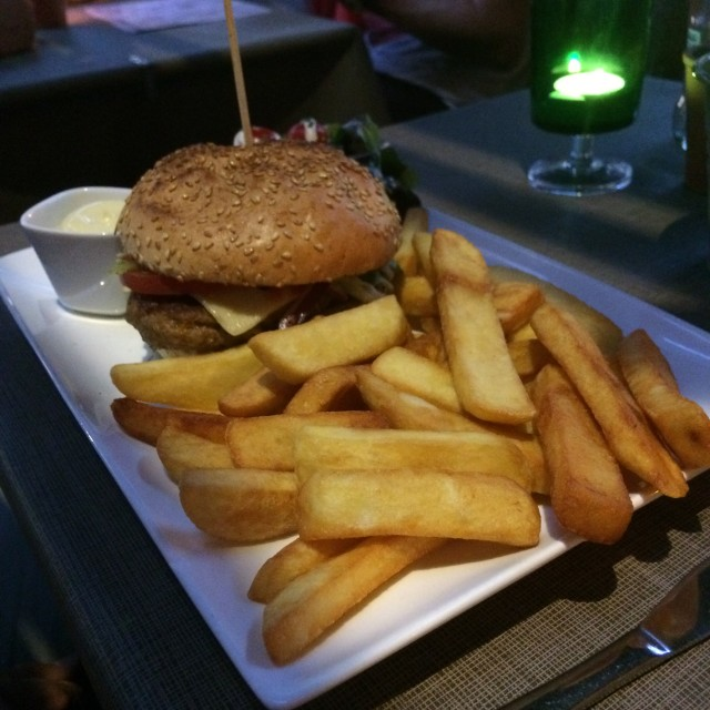 Cheeseburger met frietjes